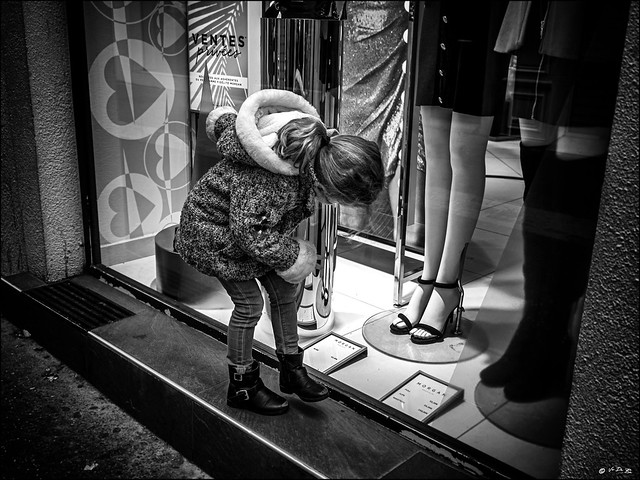 N'a-t-elle pas froid aux pieds?  /   Are'nt her feet cold?
