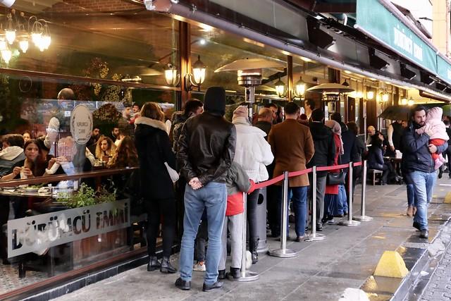 Line up to eat / Anstellen zum essen