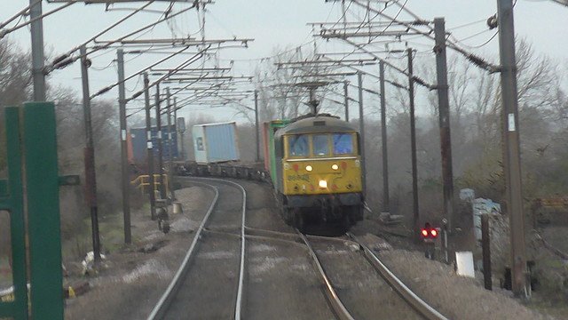 A pair of Class 86 locomotives approach Manningtree Station at speed.