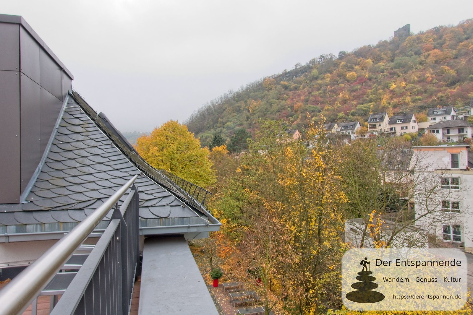 Blick auf Burg Nollig von Terrasse der Penthouse-Suite im Hotel im Schulhaus (Lorch)