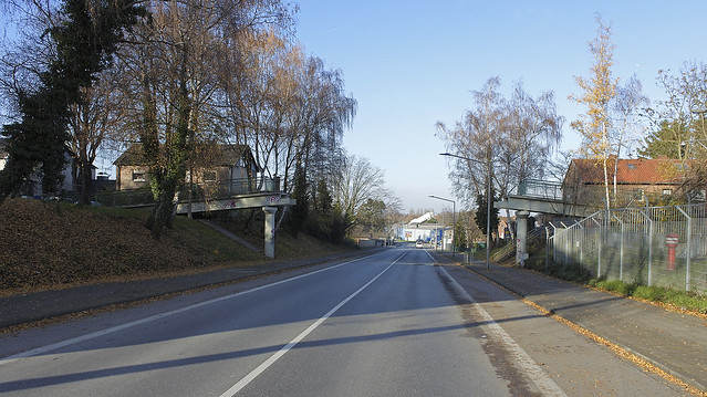 Make gaps, not war: Ramshackle pedestrian 'bridge'