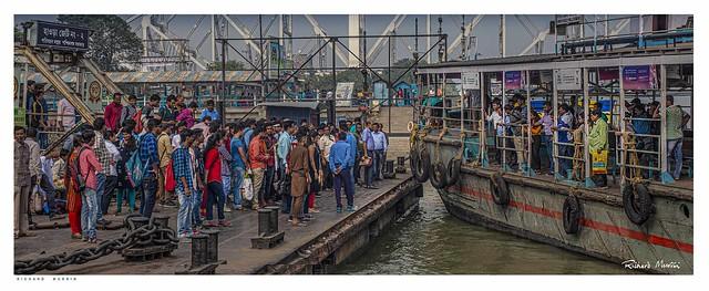 The ferry arrives, Howrah Bridge হাওড়া সেতু , Kolkata.