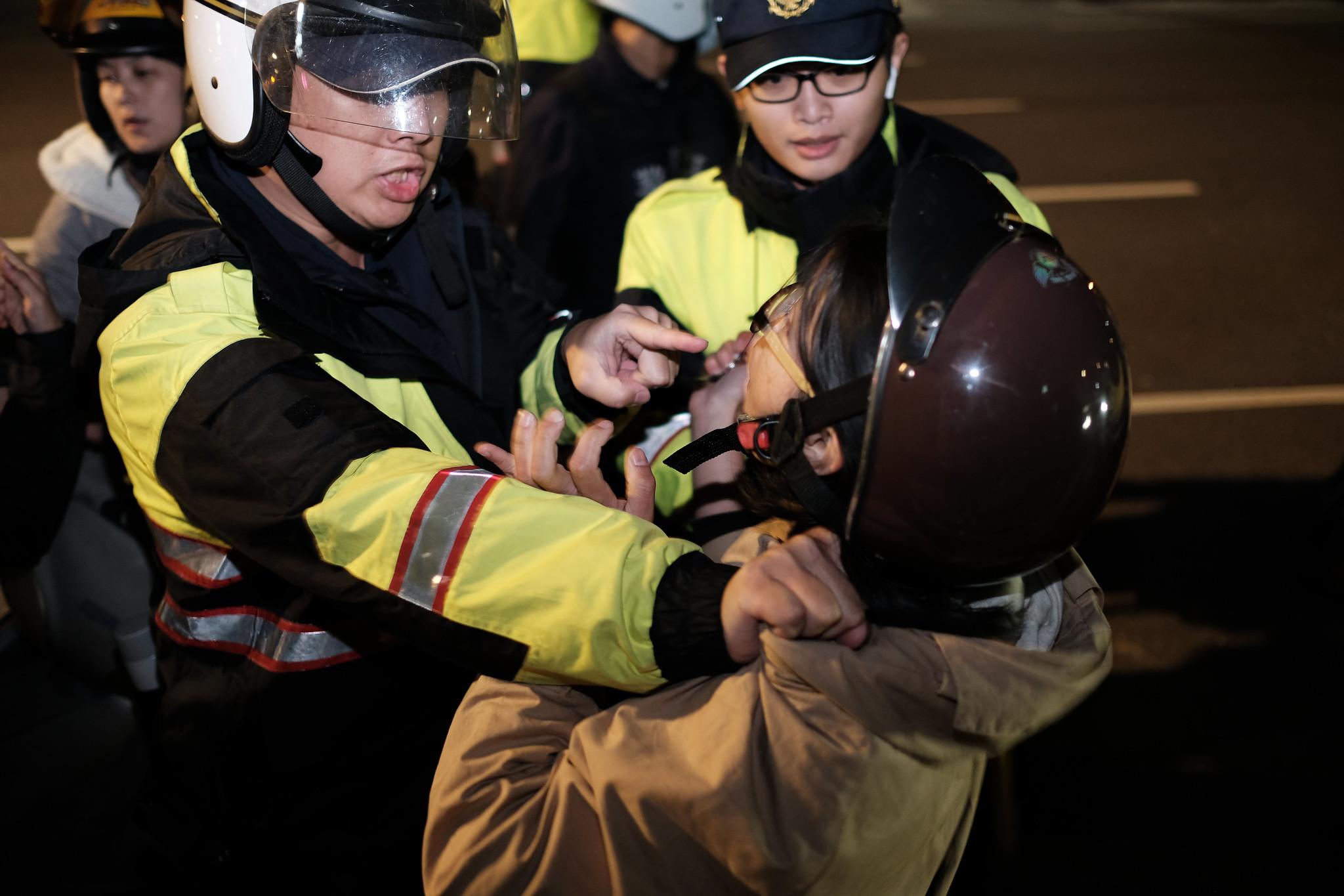 警方現場壓制自救會成員。(攝影:唐佐欣)