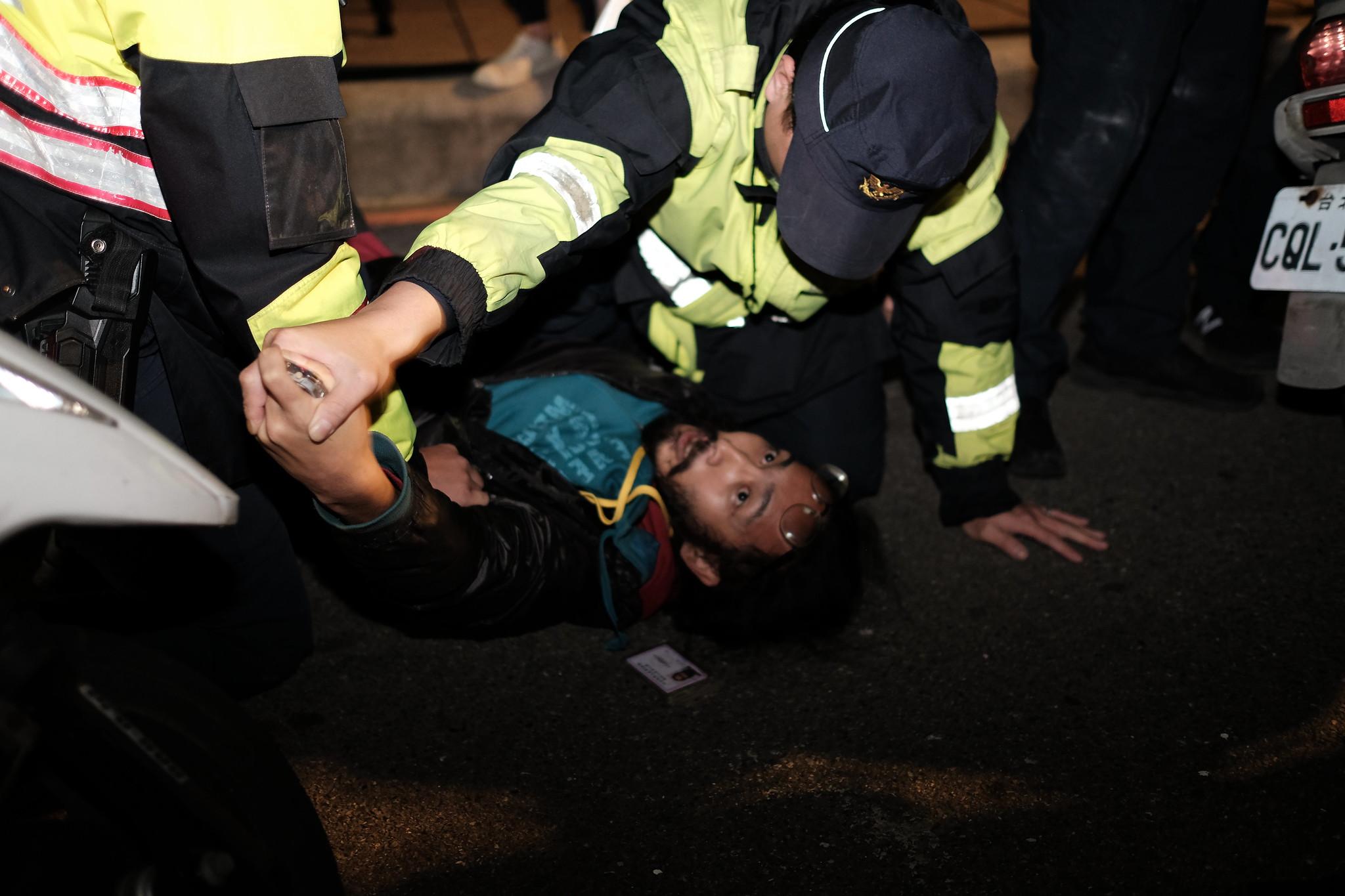 警方將正在拍照的《焦點事件》記者王子豪摔倒在地,搶奪其錄音筆。(攝影:唐佐欣)