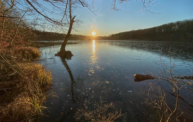 Wintersonne über dem gefrorenen See