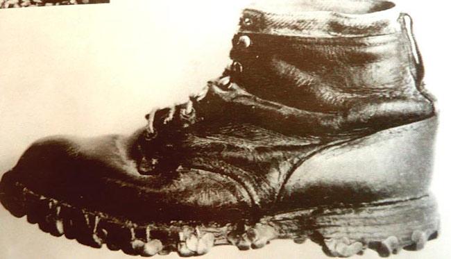 Una de las primeras botas de esquí