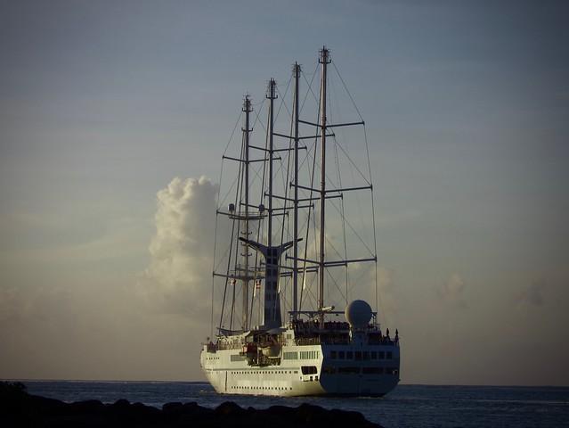 Le quatre-mâts Wind Spirit quitte la rade de Papeete.