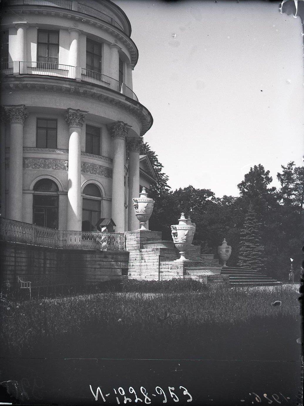 12. Фасад Елагинского дворца, обращенный к средней Невке