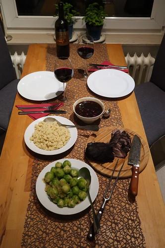 Wildschweinbraten mit Kirschsoße, Spätzle und Rosenkohl (Tischbild)