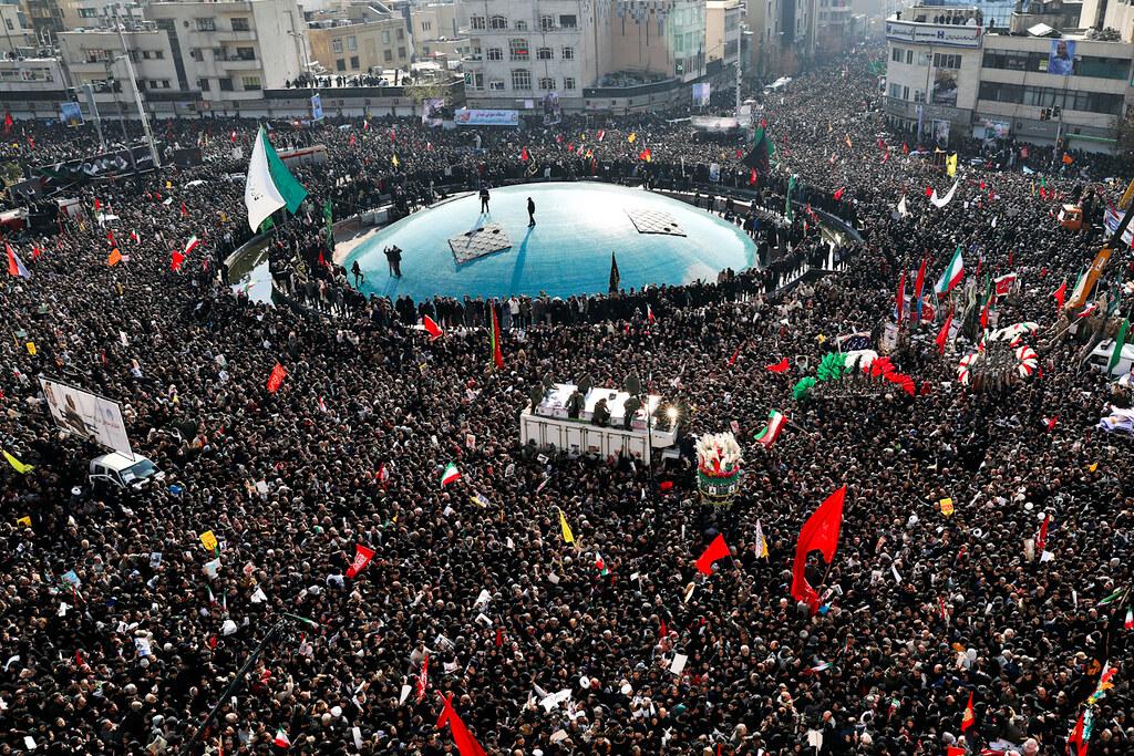 蘇萊曼尼的遺體回到伊朗後,大批民眾湧入德黑蘭哀悼。(圖片來源:Ebrahim Noroozi/AP)