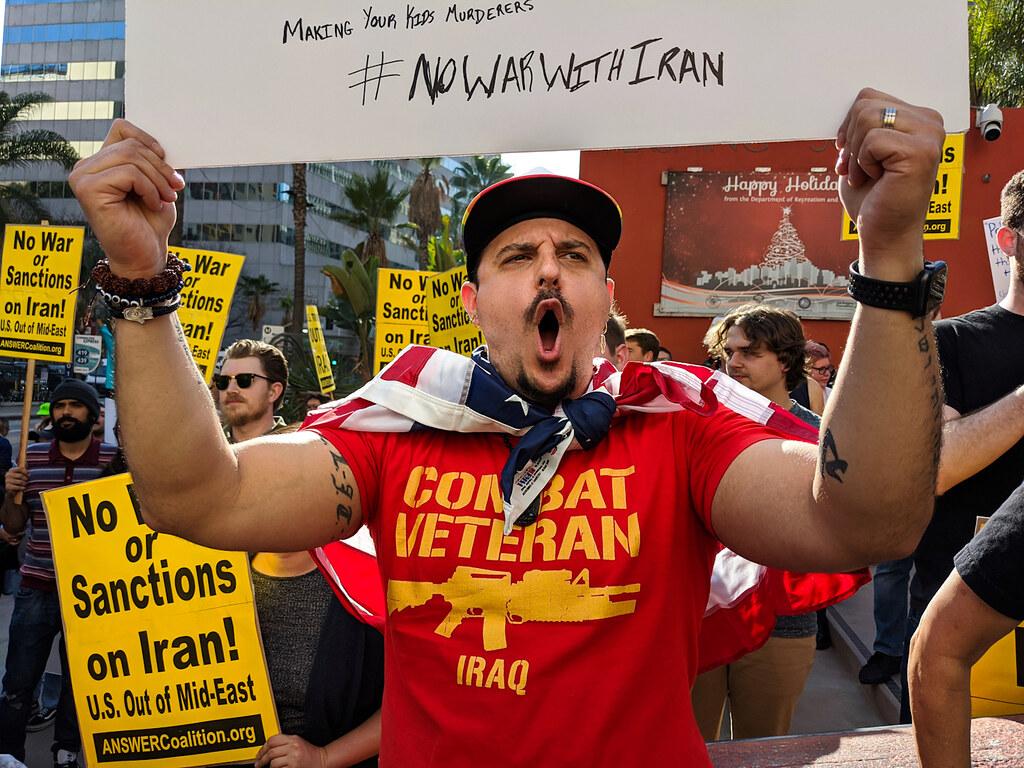 美伊衝突升高,美國國內各大城市出現民眾上街反對開戰。(圖片來源:Damian Dovarganes/AP)