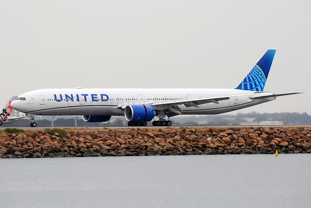 United Airlines Boeing 777-322/ER N2749U