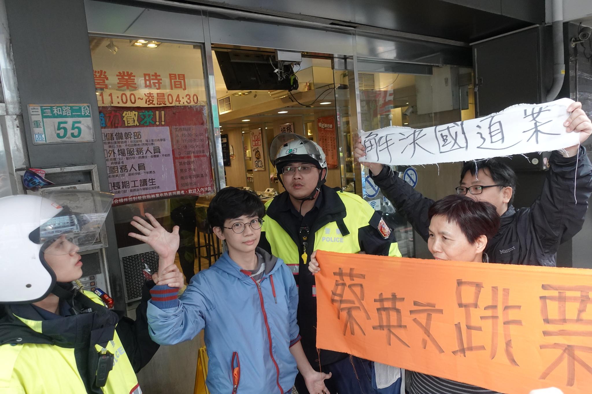 蔡英文車隊離去後,自救會成員仍遭到警方拘束行動。(攝影:張智琦)
