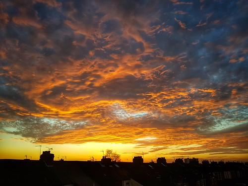 sunsetsundowneveningfireintheskyorangeskycloudsrooftopsskyskiesstreetsurbanphotographywinter hulleastyorkshireurbanlandscapesroofs