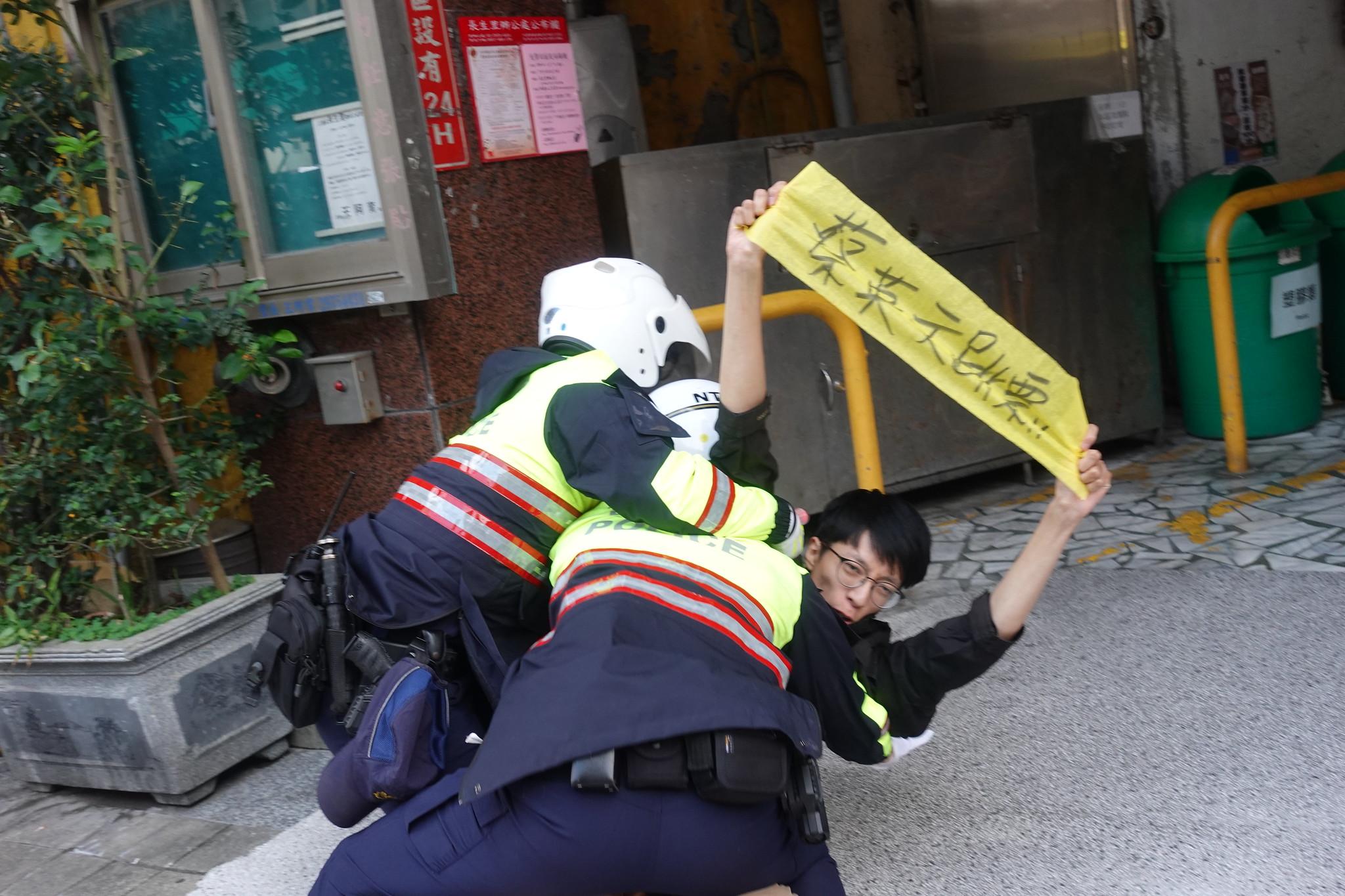 警方排除在街上抗議的自救會成員。(攝影:張智琦)