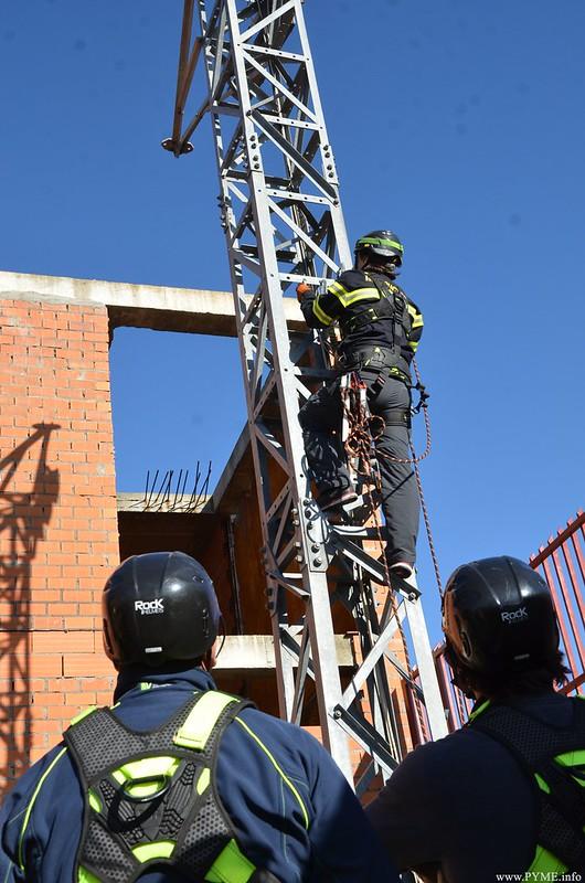 Instante de un ejercicio práctico de uno de los grupos del taller de PRL impulsado por CONFAES y el Ayuntamiento de Salamanca.