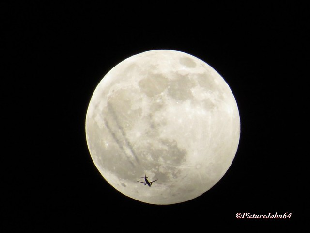 Fly me to the Moon: RYR99MW Ryanair Boeing 737 (EI-DYX) at FL330 enroute from London Stansted to Berlin