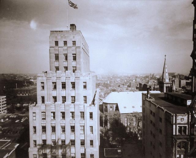 Montréal, vers 1950. Depuis le secteur Beaver Hall, vers l'Est.