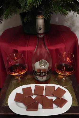 Weinbrand und Vollmilchschokolade unterm abgeschmückten Weihnachtsbaum