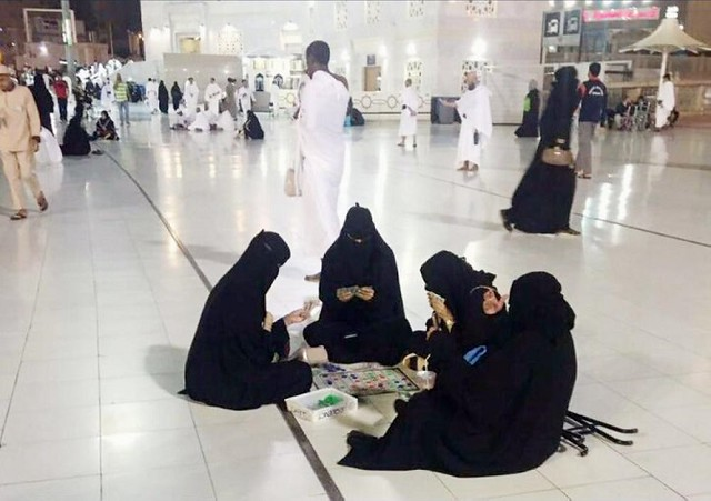 4233 4 Women spotted for playing card games in Masjid al Haram, Makkah 01