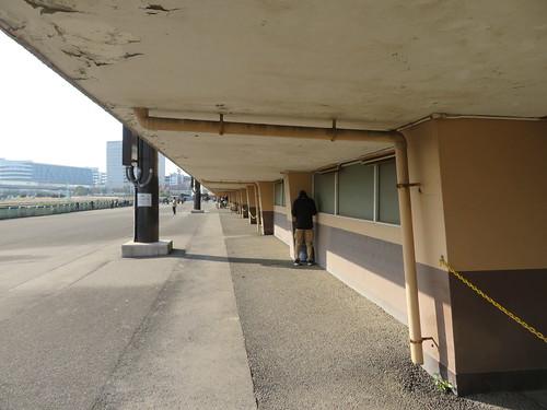船橋競馬場スタンド1階の外側