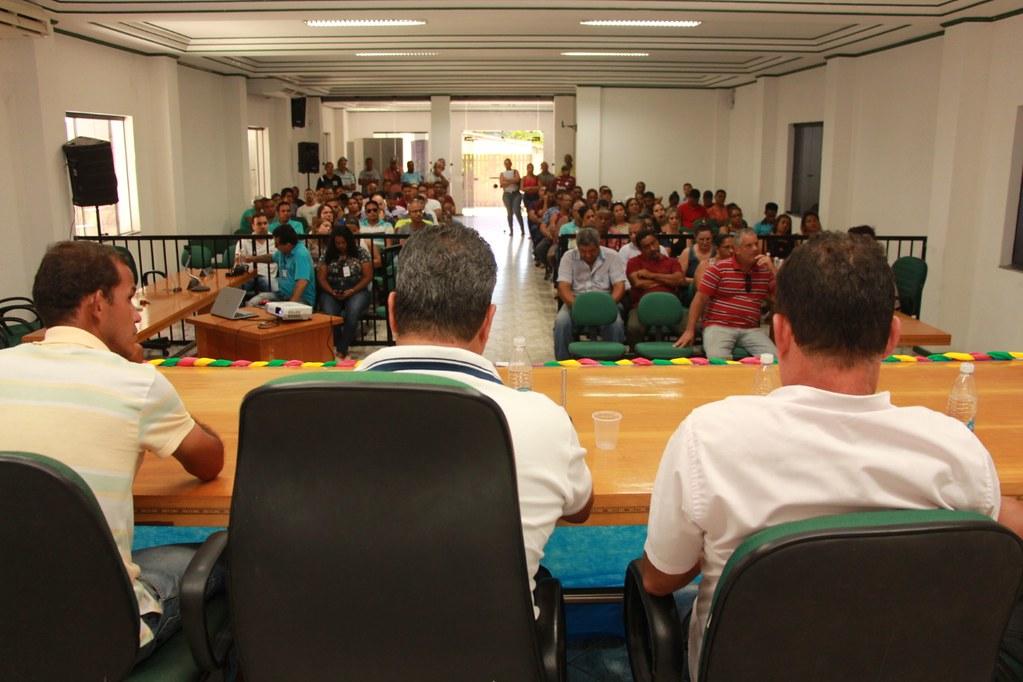 Vista da Mesa Diretora da Câmara de Vereadores de Alcobaça, durante o anúncio do pacote de obras do município