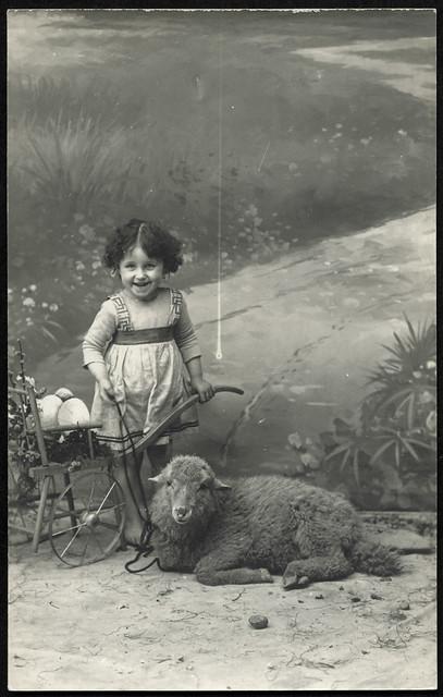 Archiv U917 Mädchen mit Schaf, 1920er
