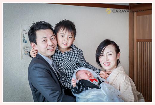 家族写真 赤ちゃんは泣いてる