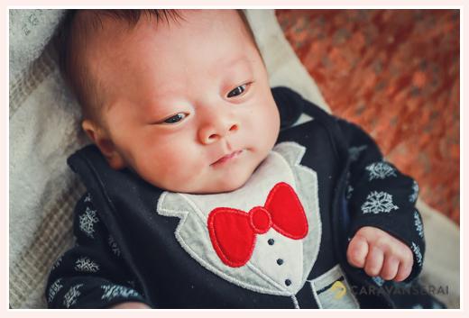お宮参り 赤ちゃんの服装 蝶ネクタイの絵つきのロンパース