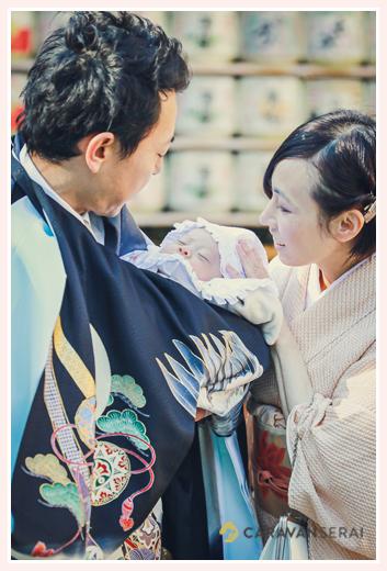 お宮参り スヤスヤ眠る赤ちゃん 神社の掲載の酒樽