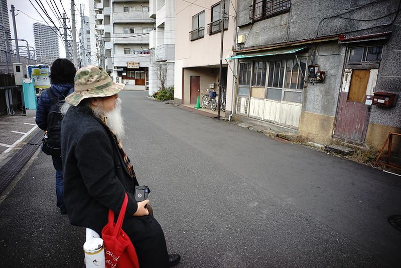 72 20200112チョートクブラぱち塾押上松田木芸社前で佇むチョートク翁 二階に住みたい