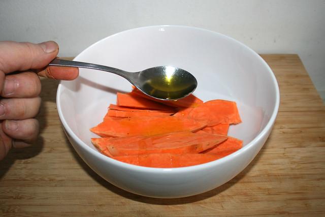 13 - Olivenöl zu Süßkartoffeln geben / Add some oil