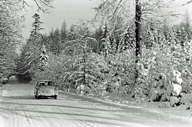 Altes DDR Foto 70er Jahre - Trabant 601 im Winter
