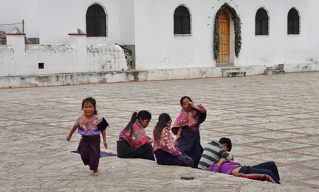MEXICO, Zinacantán,  Kinder vor der San Lorenzo- Kirche,  19440/12263