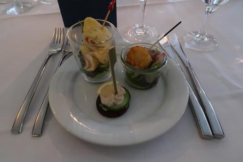 Crepe-Röllchen mit Räucherlachs, Matjessalat mit Kartoffelpufferecken und Forellenmousse auf Pumpernickeltatar