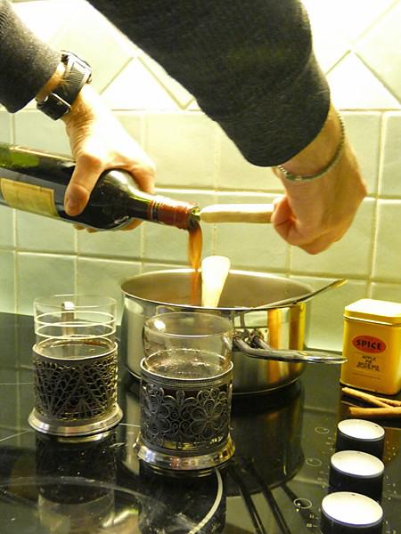 clem prépare le vin chaud