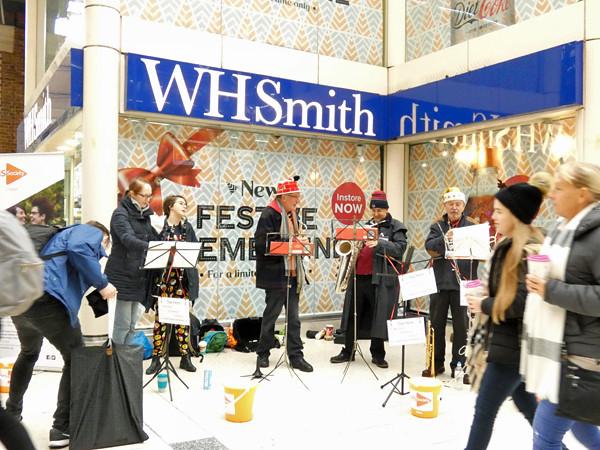 musiciens à la gare