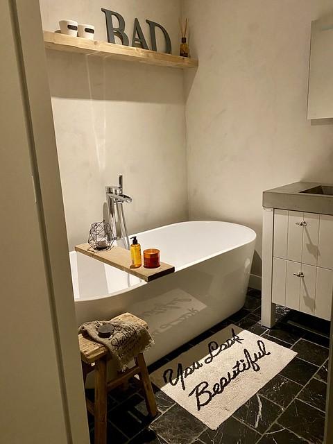 Losstaand ovaal bad houten plank landelijke badkamer