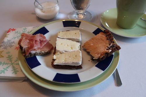 Lachs, Parmaschinken und Weichkäse auf Vollkornbrot