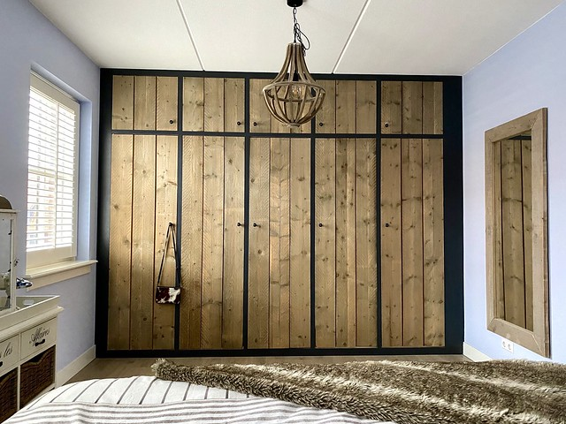 Steigerhouten inbouwkasten landelijke slaapkamer