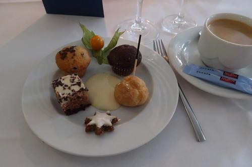 Kuchenquadrat, Mini-Muffins, Mini-Windbeutel, Vanillesoße und Zimtstern zum Kaffee