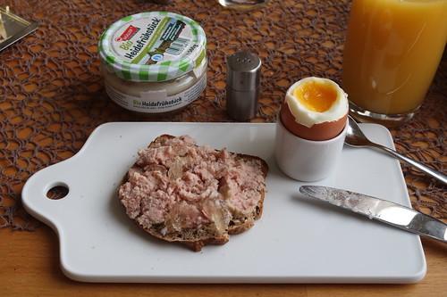 Heidefrühstück auf aufgetoastetem Brot zum Frühstücksei