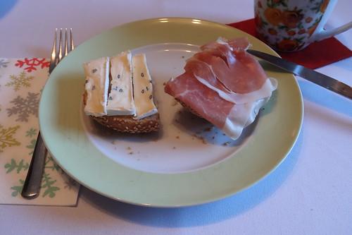 Cambozola und Parmaschinken auf Sesambrötchen