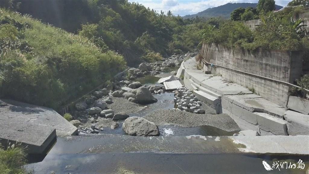現在鱉溪的樣貌不太一樣了,溪裡大大小小的石頭越來越少,換成一道一道的攔河堰和固床工。