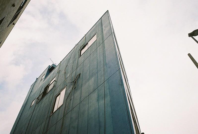 160 Ricoh GR1s+Kodak Ultramax400 20200112チョートクブラぱち塾押上どぎつい青の鋭角ビル