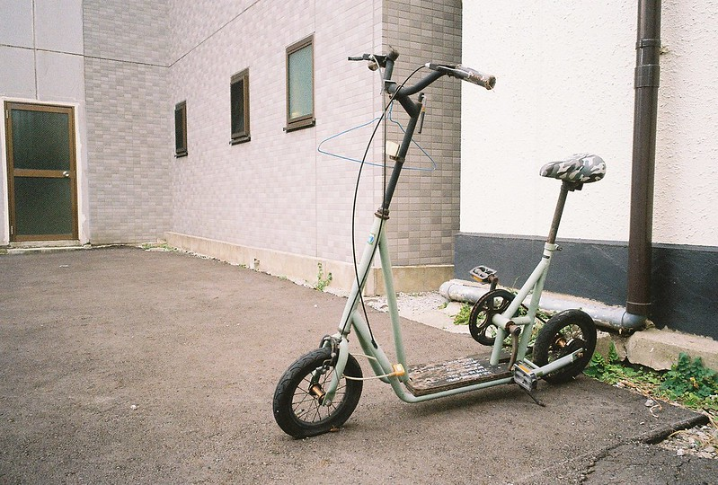 164 Ricoh GR1s+Kodak Ultramax400 20200112チョートクブラぱち塾京島ボルトナット製作販売斉藤製作所前の自転車