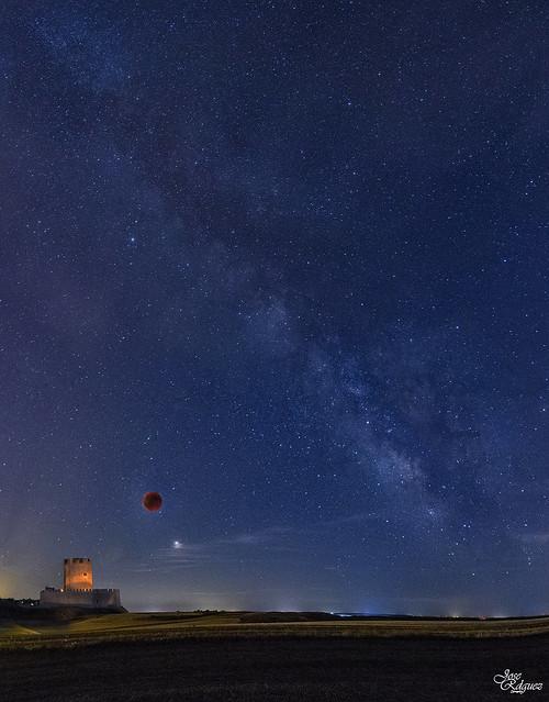 Luna de sangre, Marte, la Via Láctea y el castillo de Tiedra 4 en 1