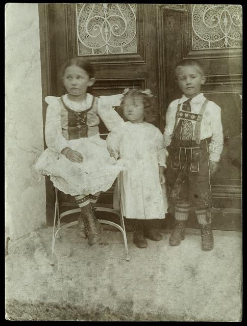 Archiv U931 Drei Geschwister vorm Hauseingang, 1910er