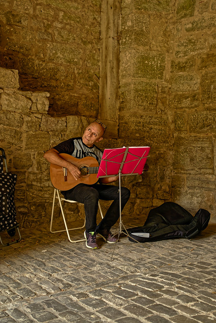 Spanische Gitarrenklänge unterm Torbogen