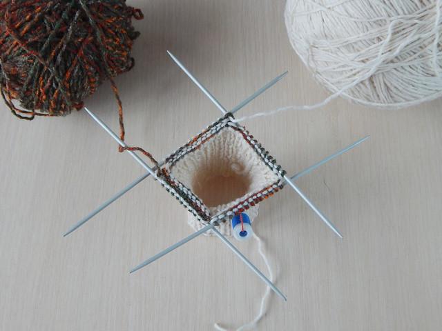 Как вязать хеликсом от двух клубков на чулочных спицах, пошаговый фотоурок | HoroshoGromko.ru
